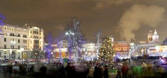 Iluminación de los días de fiesta de la Navidad y del Año Nuevo en la noche en Moscú, Rusia Imágenes de archivo libres de regalías