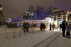 Iluminación de los días de fiesta de la Navidad y del Año Nuevo en la noche en Moscú, Rusia Fotografía de archivo libre de regalías