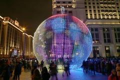 Iluminación de los días de fiesta de la Navidad y del Año Nuevo en la noche, Moscú, Rusia Imagenes de archivo