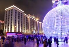 Iluminación de los días de fiesta de la Navidad y del Año Nuevo en la noche, Moscú, Rusia Foto de archivo libre de regalías