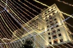 Iluminación de los días de fiesta de la Navidad y del Año Nuevo en la noche Moscú, Rusia Imagen de archivo