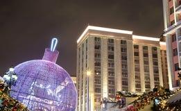 Iluminación de los días de fiesta de la Navidad y del Año Nuevo en la noche, Moscú, Rusia Imagen de archivo libre de regalías