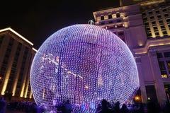 Iluminación de los días de fiesta de la Navidad y del Año Nuevo en la noche, Moscú, Rusia Fotos de archivo