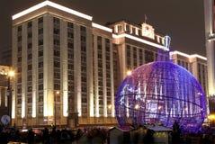 Iluminación de los días de fiesta de la Navidad y del Año Nuevo en la noche, Moscú, Rusia Fotos de archivo libres de regalías