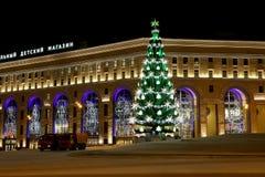 Iluminación de los días de fiesta del Año Nuevo de la tienda de los niños centrales en Lubyanka en la noche, Moscú, Rusia Fotografía de archivo