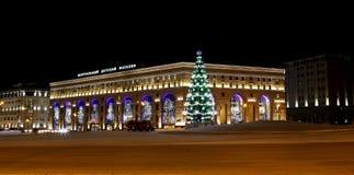 Iluminación de los días de fiesta del Año Nuevo de la tienda de los niños centrales en Lubyanka en la noche, Moscú, Rusia Foto de archivo