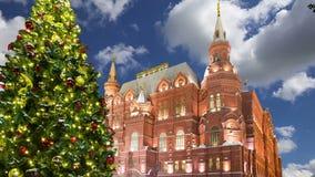 Iluminación de los días de fiesta del Año Nuevo de la Navidad e inscripción histórica del museo del estado en ruso en la noche, c almacen de video