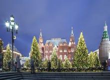 Iluminación de los días de fiesta del Año Nuevo de la Navidad e inscripción histórica del museo del estado en ruso en la noche, M Fotografía de archivo