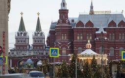 Iluminación de los días de fiesta del Año Nuevo de la Navidad e inscripción histórica del museo del estado en ruso en la noche, M Imágenes de archivo libres de regalías