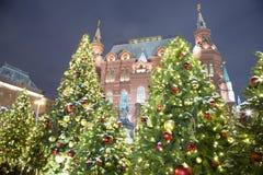Iluminación de los días de fiesta del Año Nuevo de la Navidad e inscripción histórica del museo del estado en ruso en la noche, M Fotos de archivo