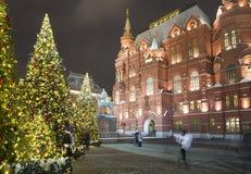 Iluminación de los días de fiesta del Año Nuevo de la Navidad e inscripción histórica del museo del estado en ruso en la noche, M Fotos de archivo libres de regalías