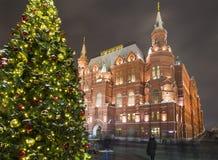 Iluminación de los días de fiesta del Año Nuevo de la Navidad e inscripción histórica del museo del estado en ruso en la noche, M Imagen de archivo libre de regalías