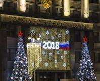 Iluminación de los días de fiesta del Año Nuevo de la Navidad y edificio de la Duma de estado de la asamblea federal de la Federa Fotografía de archivo