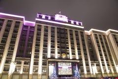 Iluminación de los días de fiesta del Año Nuevo de la Navidad y edificio de la Duma de estado de la asamblea federal de la Federa Fotos de archivo