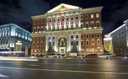 Iluminación de los días de fiesta de la Navidad y del Año Nuevo en centro de ciudad de Moscú y el edificio del gobierno en la cal Imágenes de archivo libres de regalías