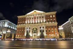Iluminación de los días de fiesta de la Navidad y del Año Nuevo en centro de ciudad de Moscú y el edificio del gobierno en la cal Imagen de archivo