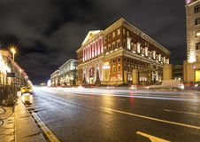 Iluminación de los días de fiesta de la Navidad y del Año Nuevo en centro de ciudad de Moscú y el edificio del gobierno en la cal Imagenes de archivo