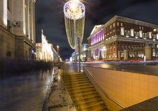 Iluminación de los días de fiesta de la Navidad y del Año Nuevo en centro de ciudad de Moscú y el edificio del gobierno en la cal Foto de archivo libre de regalías