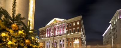 Iluminación de los días de fiesta de la Navidad y del Año Nuevo en centro de ciudad de Moscú y el edificio del gobierno en la cal Imagen de archivo libre de regalías