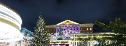 Iluminación de los días de fiesta de la Navidad y del Año Nuevo en centro de ciudad de Moscú y el edificio del gobierno en la cal Foto de archivo