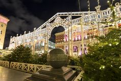 Iluminación de los días de fiesta de la Navidad y del Año Nuevo en centro de ciudad de Moscú y el edificio del gobierno en la cal Fotografía de archivo