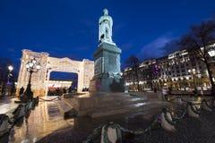 Iluminación de los días de fiesta de la Navidad y del Año Nuevo en centro de ciudad de Moscú y un monumento a Pushkin en la calle Foto de archivo