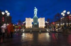 Iluminación de los días de fiesta de la Navidad y del Año Nuevo en centro de ciudad de Moscú y un monumento a Pushkin en la calle Fotos de archivo libres de regalías