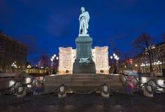 Iluminación de los días de fiesta de la Navidad y del Año Nuevo en centro de ciudad de Moscú y un monumento a Pushkin en la calle Imagenes de archivo