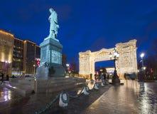 Iluminación de los días de fiesta de la Navidad y del Año Nuevo en centro de ciudad de Moscú y un monumento a Pushkin en la calle Imagen de archivo