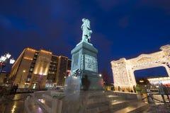 Iluminación de los días de fiesta de la Navidad y del Año Nuevo en centro de ciudad de Moscú y un monumento a Pushkin en la calle Imagen de archivo libre de regalías