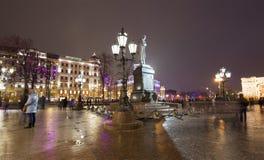 Iluminación de los días de fiesta de la Navidad y del Año Nuevo en centro de ciudad de Moscú y un monumento a Pushkin en la calle Fotos de archivo