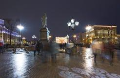 Iluminación de los días de fiesta de la Navidad y del Año Nuevo en centro de ciudad de Moscú y un monumento a Pushkin en la calle Fotografía de archivo libre de regalías