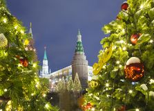 Iluminación de los días de fiesta de la Navidad y del Año Nuevo en la noche, el Kremlin en Moscú, Rusia Fotos de archivo
