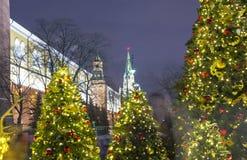 Iluminación de los días de fiesta de la Navidad y del Año Nuevo en la noche, el Kremlin en Moscú, Rusia Foto de archivo