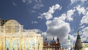 Iluminación de los días de fiesta de la Navidad y del Año Nuevo en la noche, el Kremlin en Moscú, Rusia Fotografía de archivo libre de regalías