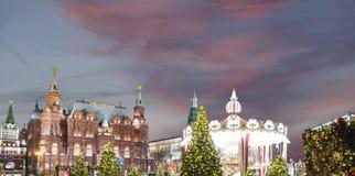 Iluminación de los días de fiesta de la Navidad y del Año Nuevo en la noche, el Kremlin en Moscú, Rusia Imagen de archivo