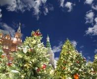 Iluminación de los días de fiesta de la Navidad y del Año Nuevo en la noche, el Kremlin en Moscú, Rusia Imagen de archivo libre de regalías