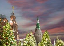 Iluminación de los días de fiesta de la Navidad y del Año Nuevo en la noche, el Kremlin en Moscú, Rusia Imagenes de archivo