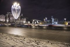 Iluminación de los días de fiesta de la Navidad y del Año Nuevo en la noche, monumento a príncipe santo Vladimir el grande en el  Fotos de archivo libres de regalías