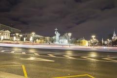 Iluminación de los días de fiesta de la Navidad y del Año Nuevo en la noche, monumento a príncipe santo Vladimir el grande en el  Foto de archivo libre de regalías