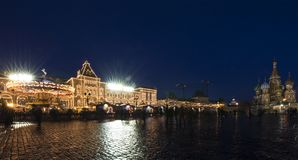 Iluminación de los días de fiesta de la Navidad y del Año Nuevo en la noche, Plaza Roja en Moscú, Rusia Fotografía de archivo