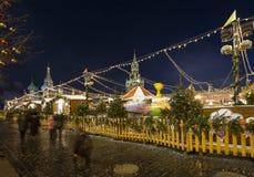 Iluminación de los días de fiesta de la Navidad y del Año Nuevo en la noche, Plaza Roja en Moscú, Rusia Imagenes de archivo