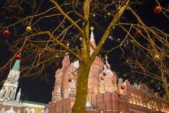 Iluminación de los días de fiesta de la Navidad y del Año Nuevo en la noche, Plaza Roja en Moscú, Rusia Foto de archivo