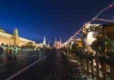 Iluminación de los días de fiesta de la Navidad y del Año Nuevo en la noche, Plaza Roja en Moscú, Rusia Imagen de archivo