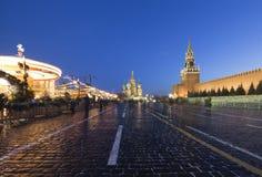 Iluminación de los días de fiesta de la Navidad y del Año Nuevo en la noche, Plaza Roja en Moscú, Rusia Fotos de archivo libres de regalías