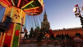 Iluminación de los días de fiesta de la Navidad y del Año Nuevo en la noche, Plaza Roja en Moscú, Rusia almacen de video