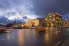 Iluminación de los días de fiesta de la Navidad y del Año Nuevo y tráfico de coches en la calle de Tverskaya del centro de ciudad Imágenes de archivo libres de regalías