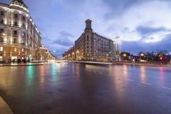 Iluminación de los días de fiesta de la Navidad y del Año Nuevo y tráfico de coches en la calle de Tverskaya del centro de ciudad Imagen de archivo