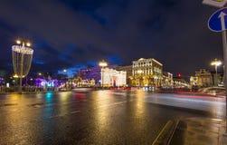 Iluminación de los días de fiesta de la Navidad y del Año Nuevo y tráfico de coches en la calle de Tverskaya del centro de ciudad Fotografía de archivo