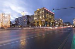 Iluminación de los días de fiesta de la Navidad y del Año Nuevo y tráfico de coches en la calle de Tverskaya del centro de ciudad Imagen de archivo libre de regalías